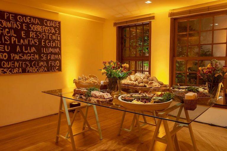 A deliciosa mesa com patês e mezzés da Maysa Rovai. Todo mundo adora ficar em volta!