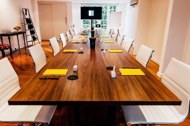 A linda mesa de reunião, dando um charme na Casa do Jasmin