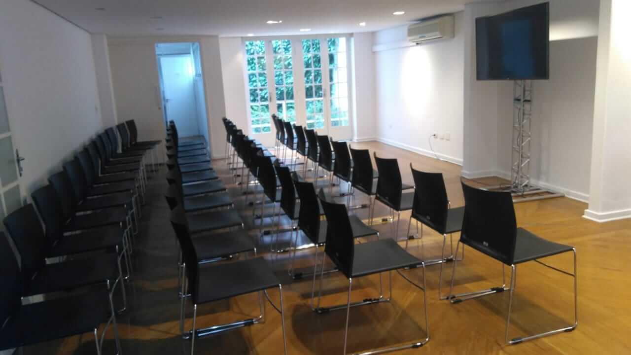 Salão com cadeiras em formato auditório