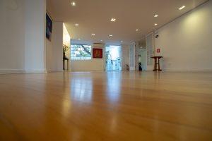 Salão vazio com luz natural